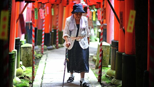 Elderly Japanese woman makes the long inclined walk up to the top of Fushimi Inari. - Sputnik International