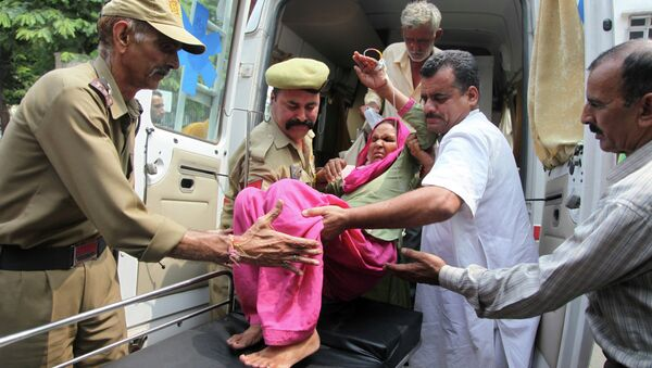 An Indian civilian woman injured in exchange of fire by troops on the India Pakistan border is brought for treatment at the government medical college hospital in Jammu, India, Wednesday, July 15, 2015. - Sputnik International