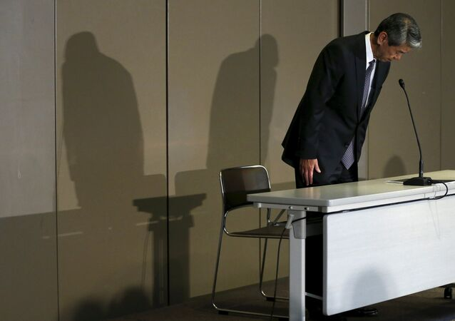 Toshiba Corp President and Chief Executive Officer Hisao Tanaka bows at the start of news conference on panel to examine accounting issues in Tokyo in this May 15, 2015 file photo