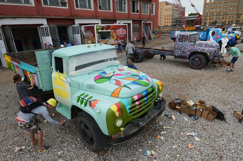 Artists painting ZiL trucks at the former Moscow Joint-Stock Company Likhachov Plant.