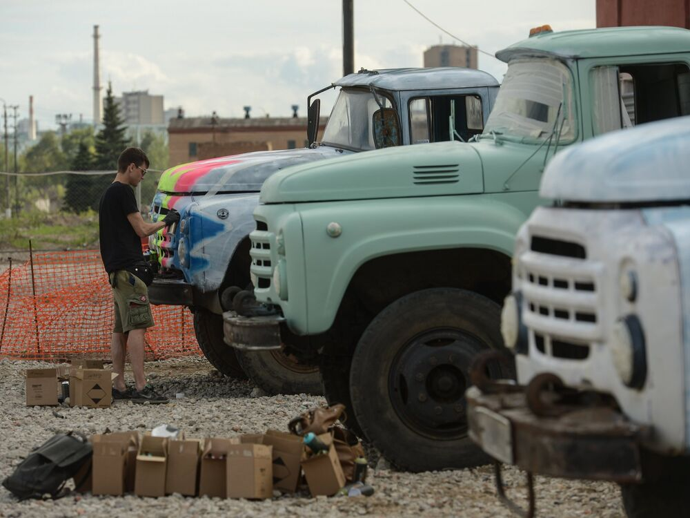 An artist painting ZiL trucks at the former Moscow Joint-Stock Company Likhachov Plant.