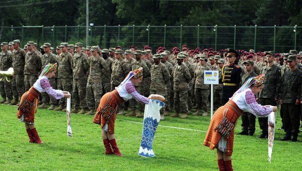 Ukrainian folk dancers perform for Ukrainian and US servicemen in a ceremony for joint-drill exercises between the two countries in Yavoriv polygon, Lviv district, western Ukraine on July 20, 2015 - Sputnik International