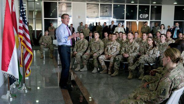 US Defence Secretary Ashton Carter (C) talks to multinational troops at the Arbil International Airport in the capital of the autonomous northern Iraqi region on July 24, 2015 - Sputnik International