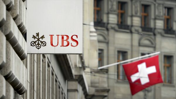 A Swiss flag is seen behind a sign of Swiss bank giant UBS on June 11, 2013 in Basel. - Sputnik International
