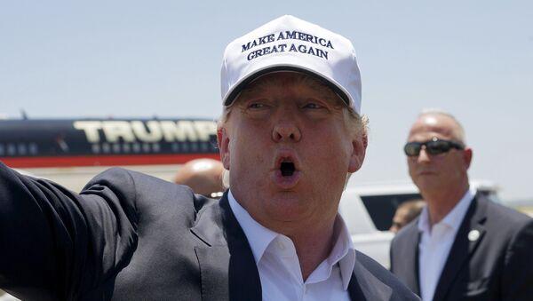 Republican presidential candidate Donald Trump talks to reporters as he arrives in Laredo, Texas July 23, 2015 - Sputnik International