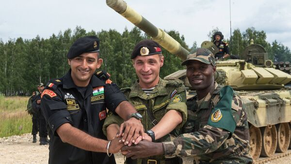 From left: Soldiers from India, Russia and Angola take part in training sessions during the International Army Games-2015 at the Alabino training center in the Moscow Region - Sputnik International