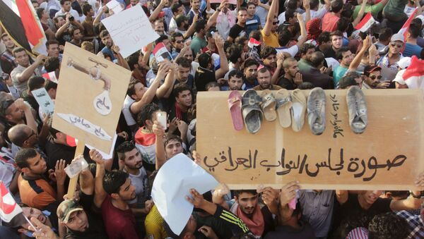 People shout slogans during a demonstration against corruption and poor services in regard to power cuts and water shortages, in Basra province, Iraq - Sputnik International