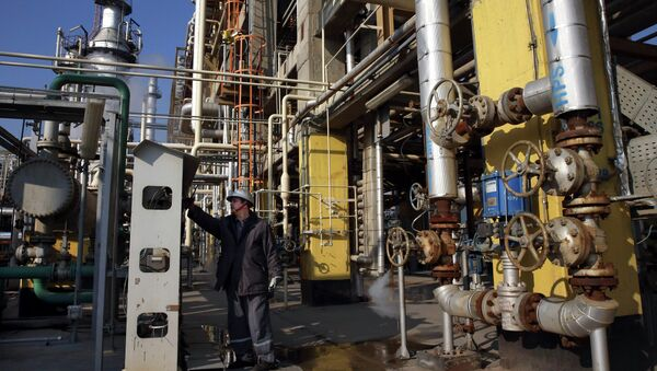 Tehran's oil refinery supervisor Jafar Jaleh Rafati, works at a unit of the refinery, south of the capital Tehran, Iran, Monday, Dec. 22, 2014 - Sputnik International