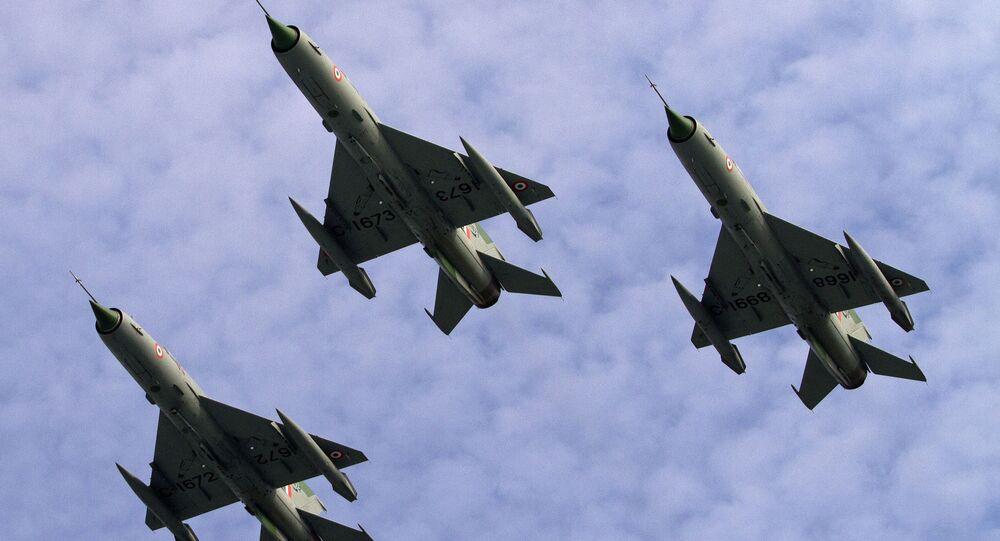 Тройка истебителей МИГ-21 ВВС Индии во время парада на авиабазе в городе Тезпур