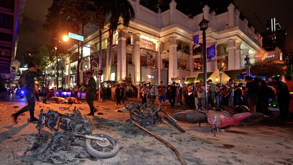 Thai soldiers inspect the scene after a bomb exploded - Sputnik International
