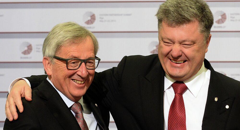 Ukrainian President Petro Poroshenko (L) is greeted by President of the European Commission Jean-Claude Juncker