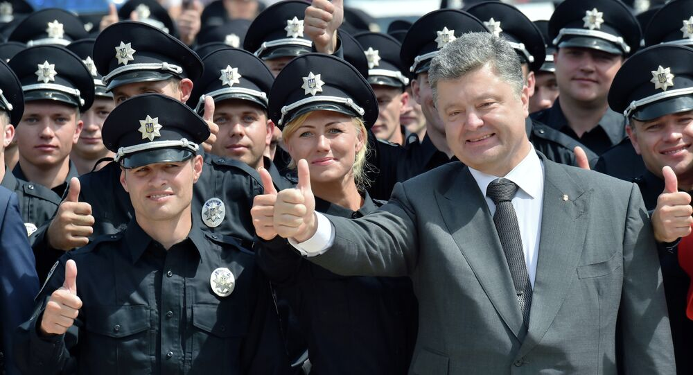 Ukrainian President Petro Poroshenko gives the thumbs up as he poses with newly graduated police officers during an official ceremony in Kiev, on July 4, 2015