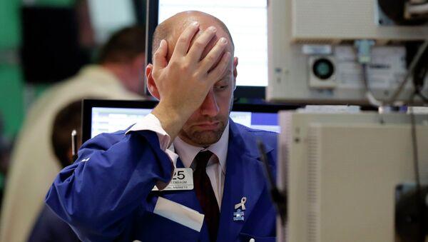 Specialist Meric Greenbaum works at his post on the floor of the New York Stock Exchange, Wednesday, Aug. 12, 2015 - Sputnik International