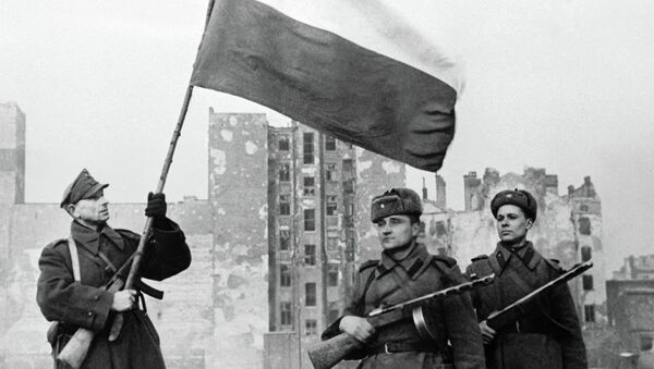 Soldiers of Wojsko Polske (left with flag) and Soviet Army (right) raising a flag in liberated Warsaw - Sputnik International
