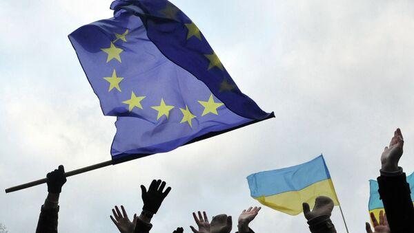 Students wave flags of the European Union and Ukraine - Sputnik International
