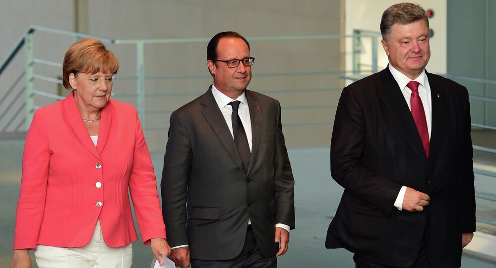 German Chancellor Angela Merkel (L), French President Francois Hollande (C) and Ukrainian President Petro Poroshenko (R) arrive to address a press conference following talks at the chancellery in Berlin on August 24, 2015