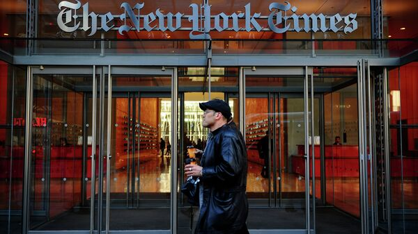 People walk by the entrance to US newspaper 'The New York Times' in New York - Sputnik International