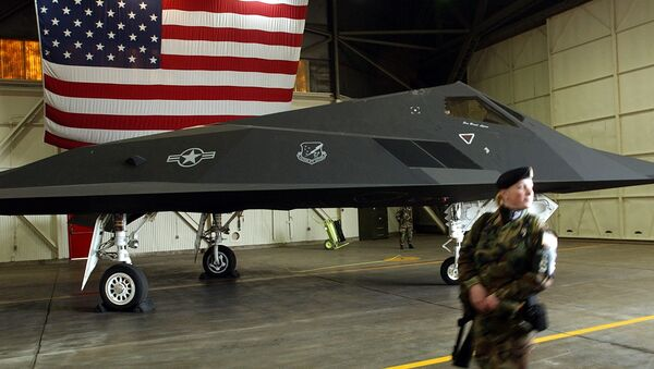 An US Air Force soldier patrol the perimetre around a F-117 Nighthawk stealth fighter jet - Sputnik International