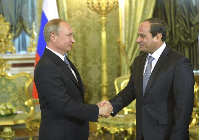 Russian President Vladimir Putin (L) shakes hands with his Egyptian counterpart Abdel Fattah al-Sisi during their meeting in Moscow, August 26, 2015