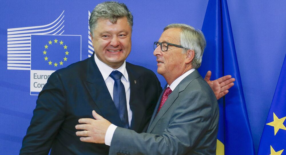 Ukraine's President Petro Poroshenko (L) is welcomed by European Commission President Jean-Claude Juncker ahead of their meeting at the EU Commission headquarters in Brussels, Belgium, August 27, 2015
