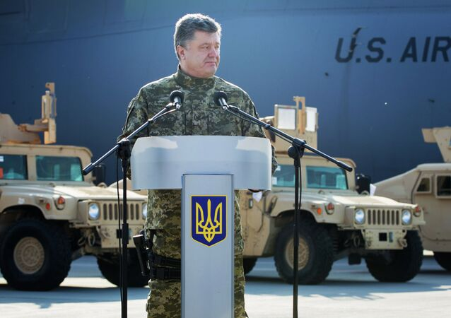 Ukrainian president Poroshenko receives the first US aircraft with armored vehicles