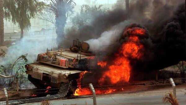Huge flames come out of a US Abrams battle tank. - Sputnik International