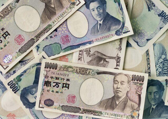 1000 yen bills and 10,000 yen bills spread out on a table.