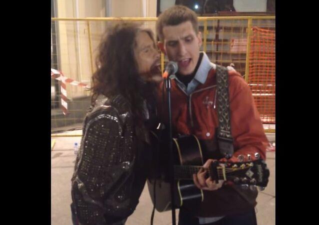 Steven Tyler sings with a street musician
