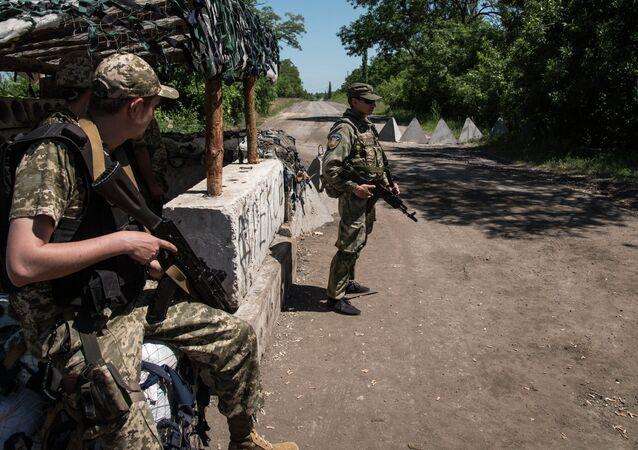 Ukrainian servicemen stand guard on June 8, 2015 in Novotoshkivske village, Donetsk region