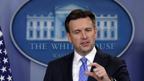 White House Press Secretary Josh Earnest speaks during a press briefing at the White House in Washington September 3, 2015. - Sputnik International