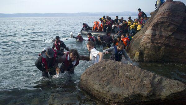 Refugees and migrants arrive on a beach on the Greek island of Lesbos, September 9, 2015. - Sputnik International