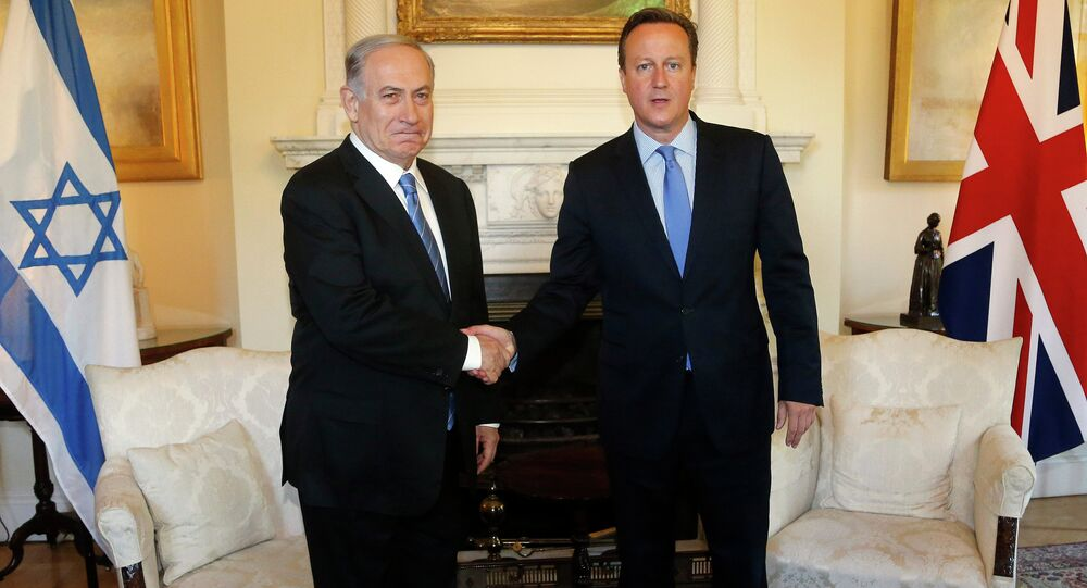 British Prime Minister David Cameron, right, and his Israeli Benjamin Netanyahu pose as they shake hands during their bilateral talks at Downing Street in London, Thursday, Sept. 10, 2015.