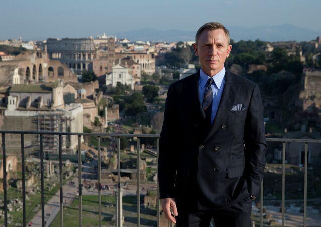 Daniel Craig gave $50k to Pro-Sanders Super-PAC That Bernie Hates