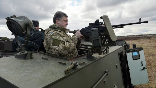 Ukrainian President Petro Poroshenko examines a British-made Saxon armored personnel carrier with a Ukrainian weapon system while visiting a military base outside Kiev on April 4, 2015 - Sputnik International
