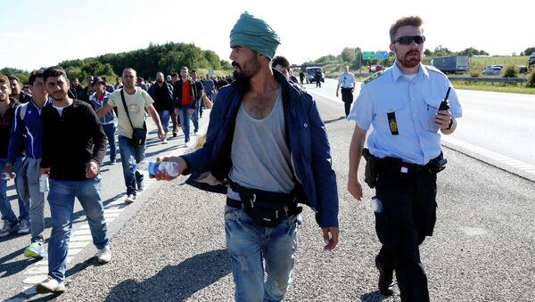 Migrants walk north on the highway in Southern Denmark, Wednesday, Sept. 9, 2015 - Sputnik International