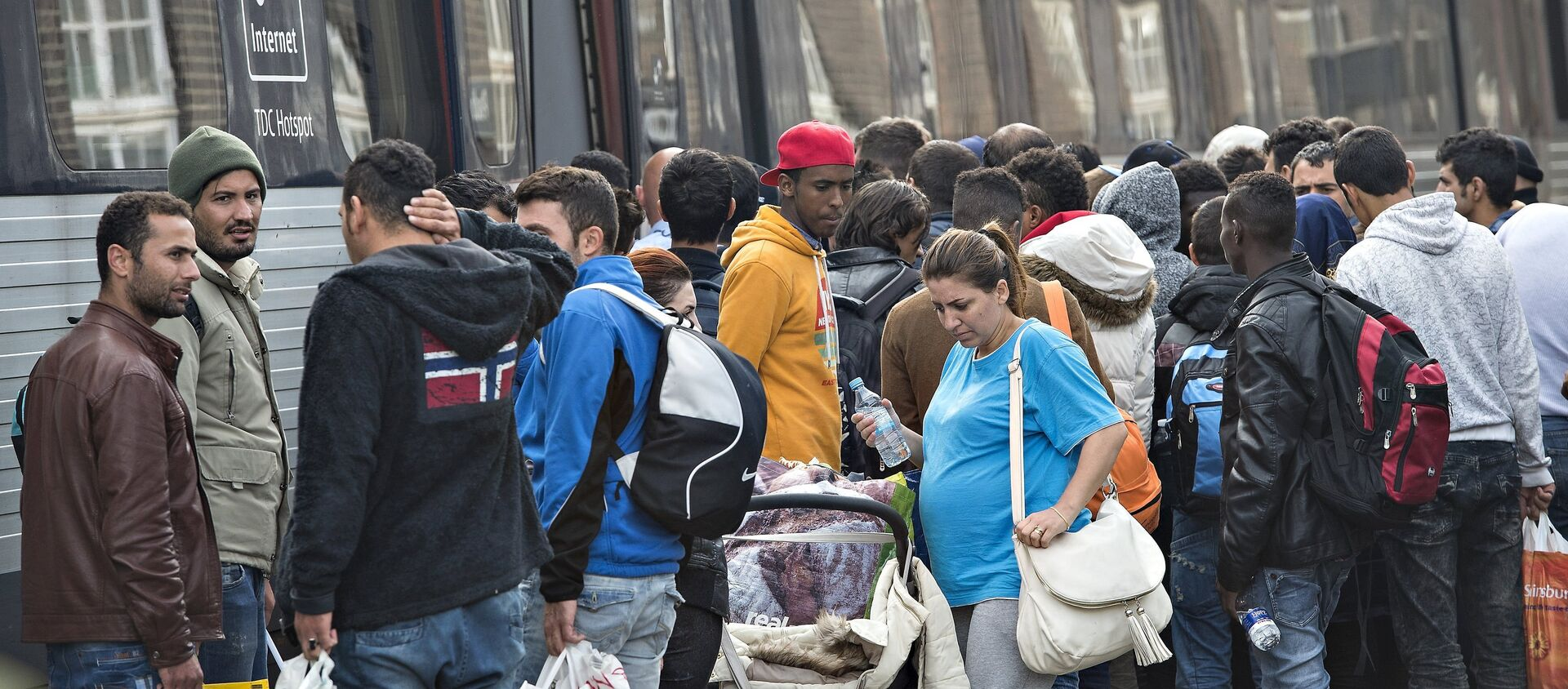 Migrants, mainly from Syria, prepare to board a train headed for Sweden, at Padborg station in southern Denmark September 10, 2015 - Sputnik International, 1920, 12.09.2019