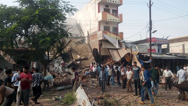 People gather around the site of an explosion at a restaurant in Jhabua district in the central Indian state of Madhya Pradesh on September 12, 2015 - Sputnik International