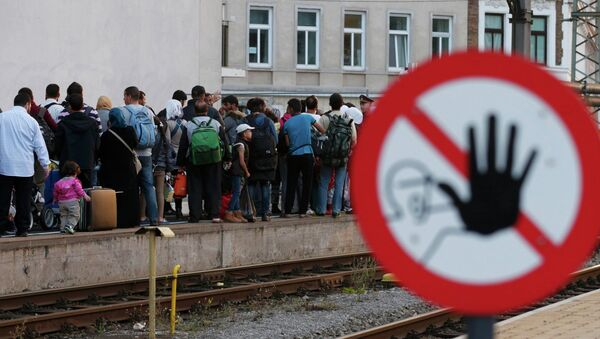 Migrants queue on the platform, waiting for a train at Vienna west railway station, Austria September 13, 2015 - Sputnik International