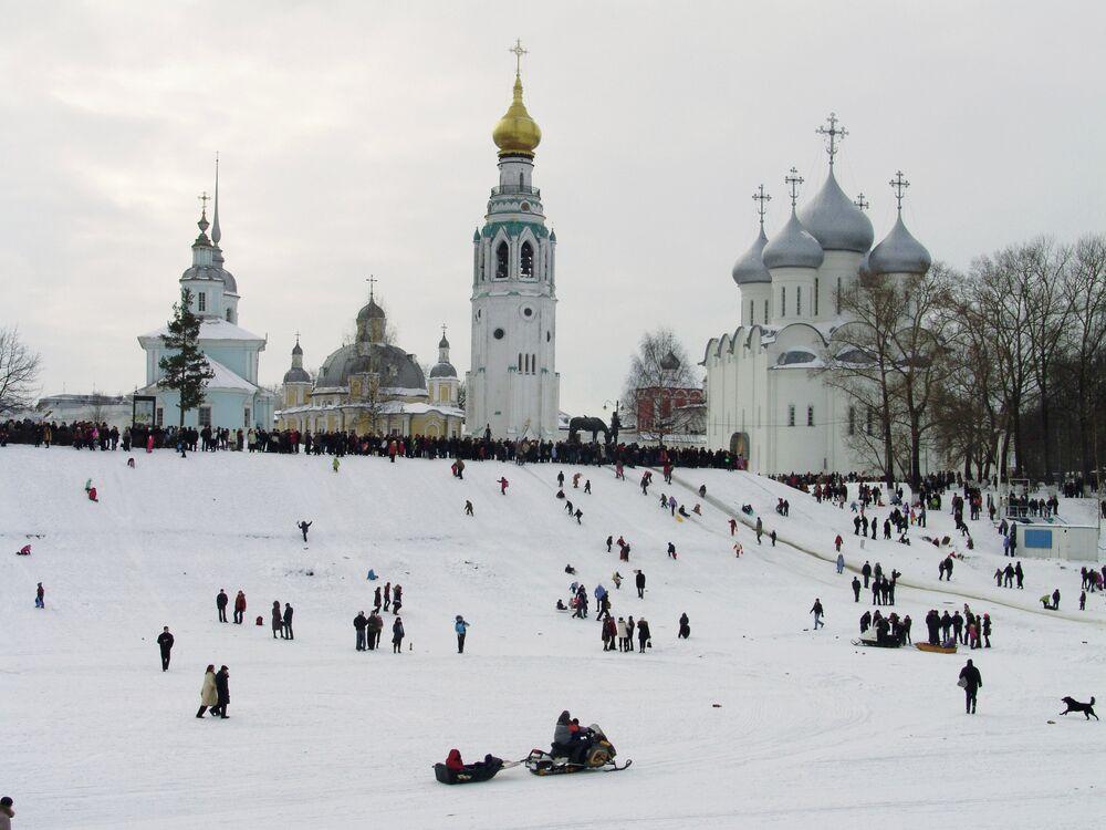 Vologda citizens on territory of the Vologda Kremlin