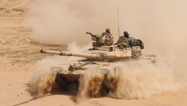 An Indian Army T-90 battle tank kicks up dust during the Shoor Veer military exercise near Hanumangarh, located near the India-Pakistan border, 2012. - Sputnik International