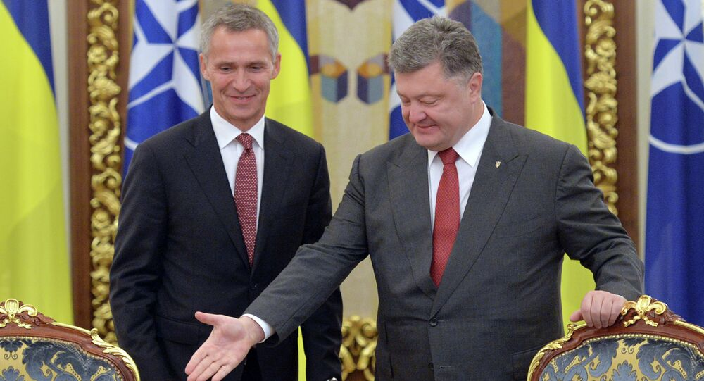 Ukrainian President Petro Poroshenko (R) welcomes NATO's General Secretary Jens Stoltenberg (L) during the National Security and Defense Council in Kiev on September 22, 2015