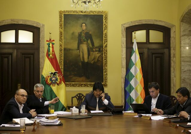 Bolivia's President Evo Morales (C) sits with Defence Minister Remy Ferreira, Vice President Alvaro Garcia Linera, Chief of Staff Juan Ramon Quintana and Foreign Minister David Choquehuanca (L-R) before learning of the statement made by the International Court of Justice (CIJ), in La Paz
