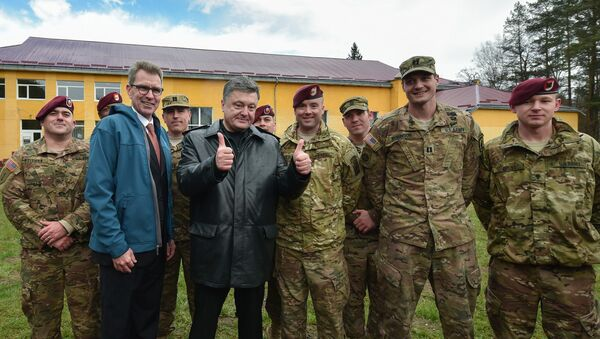Ukrainian President Petro Poroshenko, third left, with servicemen of the 173rd Airborne Brigade of the United States Army before the Ukrainian-American joint military exercises Fearless Guardian-2015 - Sputnik International