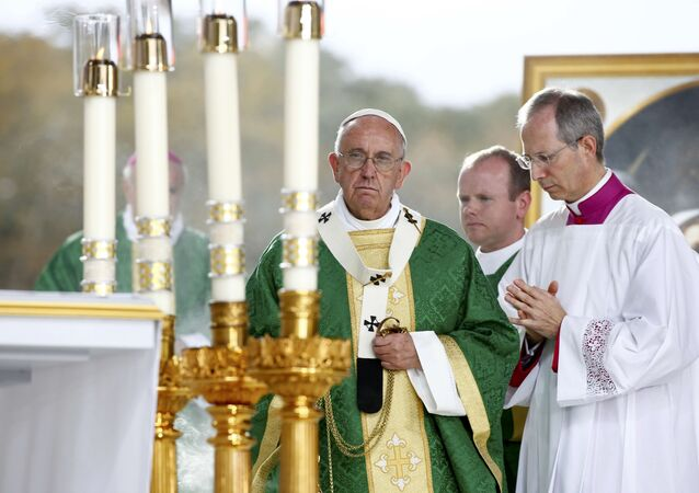 Pope Francis celebrates his final mass of his visit to the United States at the Festival of Families on Benjamin Franklin Parkway in Philadelphia, Pennsylvania September 27, 2015