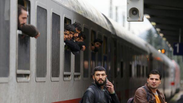 Migrants lean out of windows as their train arrives in Freilassing, Germany September 28, 2015 - Sputnik International