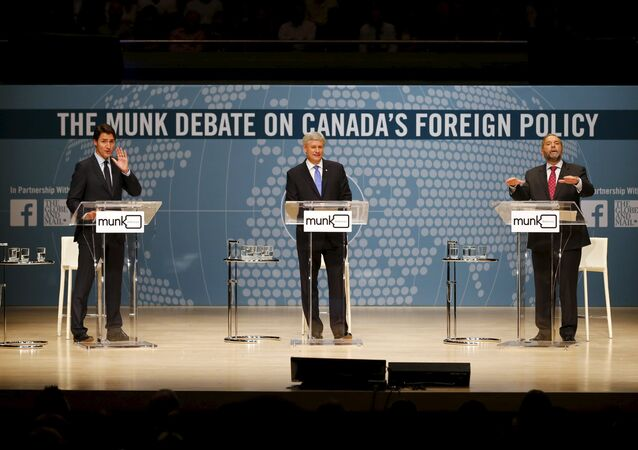 Liberal leader Justin Trudeau (L), Conservative leader and Prime Minister Stephen Harper, and New Democratic Party (NDP) leader Thomas Mulcair (R) take part in the Munk leaders' debate on Canada's foreign policy in Toronto, Canada September 28, 2015