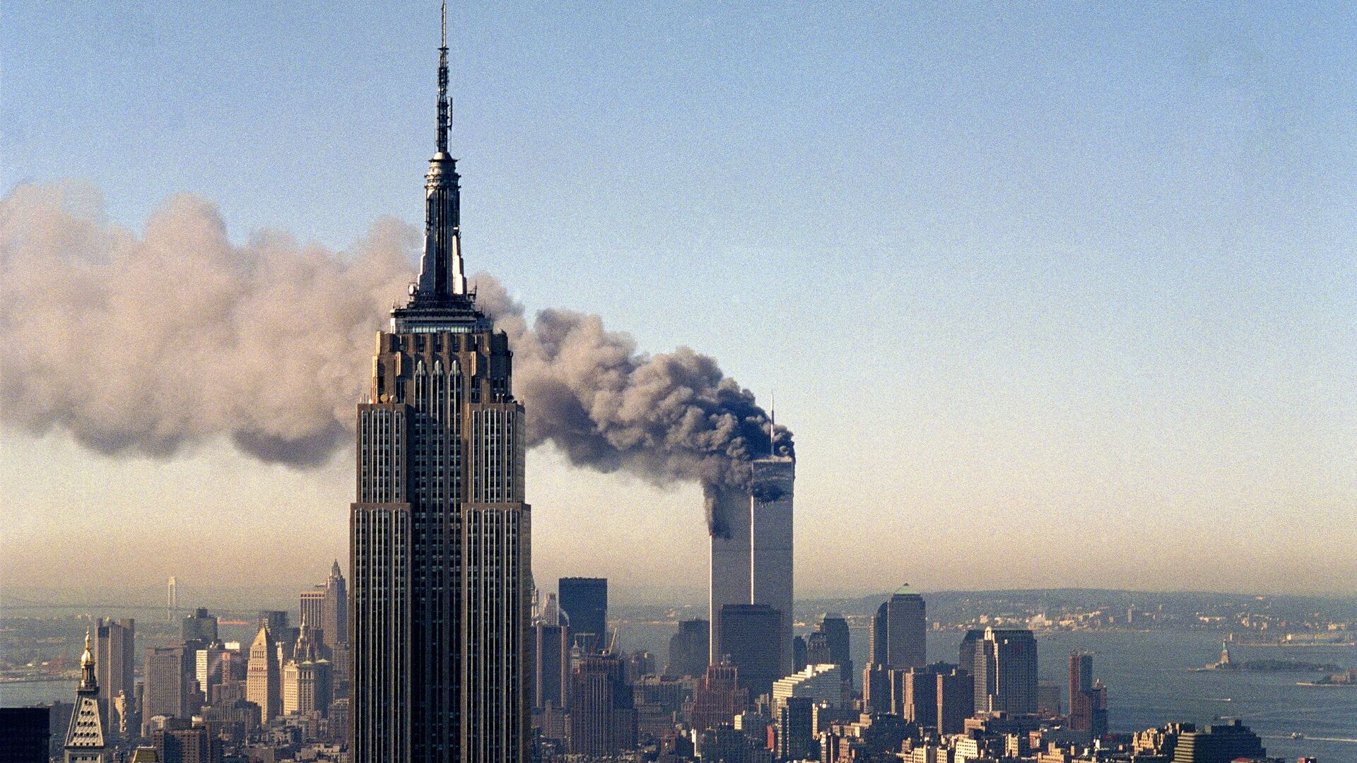In this Sept. 11, 2001, file photo, the twin towers of the World Trade Center burn behind the Empire State Building in New York. - Sputnik International, 1920, 12.09.2021