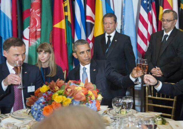 President Duda (left), sitting here next to US President Barack Obama (center) and Russian President Vladimir Putin (right)