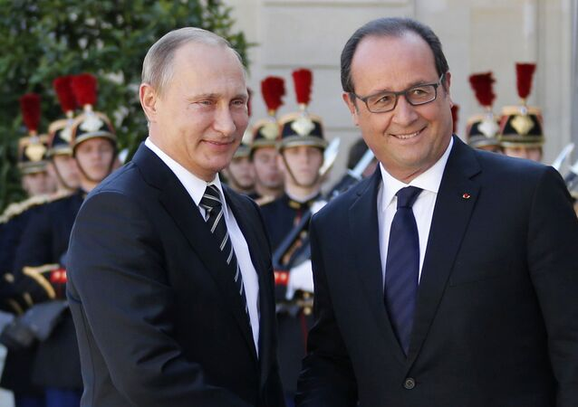 French President Francois Hollande (R) welcomes Russia's President Vladimir Putin as he arrives attend a summit to discuss the conflict in Ukraine at the Elysee Palace in Paris, France, October 2, 2015