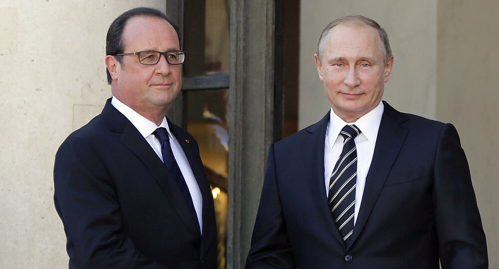 French President Francois Hollande (L) shakes hands with Russia's President Vladimir Putin as he arrives attend a summit to discuss the conflict in Ukraine at the Elysee Palace in Paris, France, October 2, 2015
